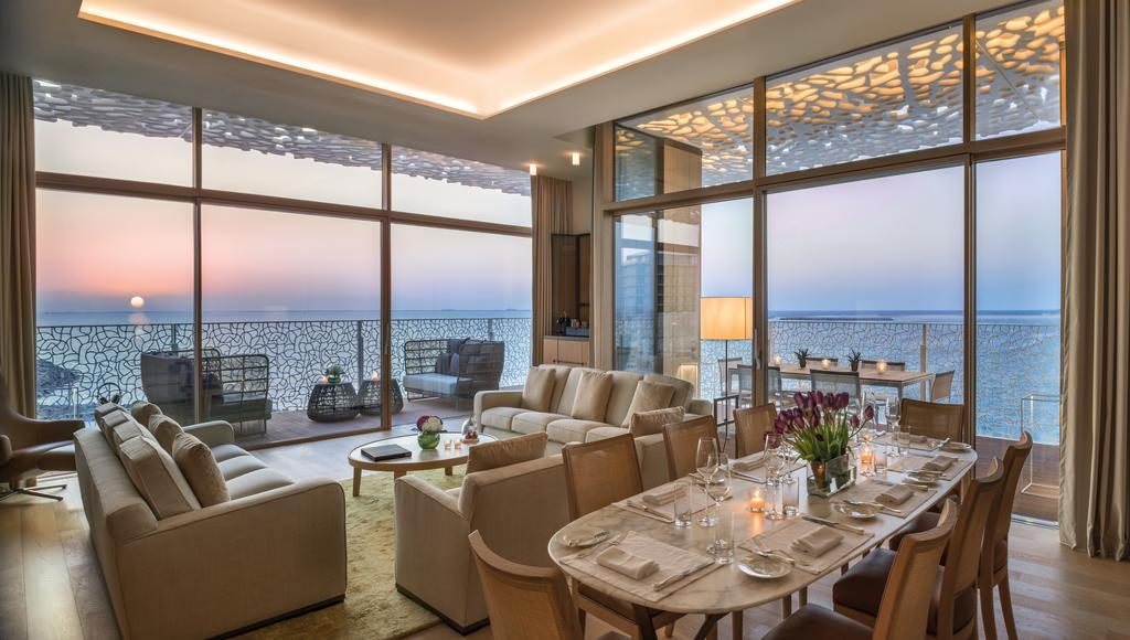 Vista della zona living e pranzo di una suite al tramonto