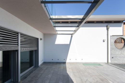 Vista sullo spazio coperto fronte piscina della villa