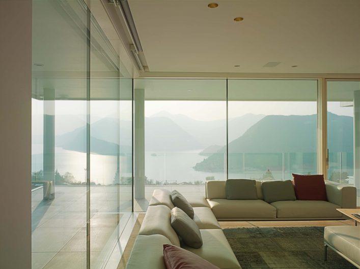 Vista interna della parete vetrata con fissi a tutt'altezza della zona living
