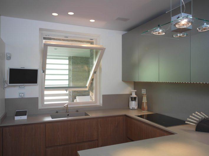 Finestra a bilico orizzontale aperto della cucina