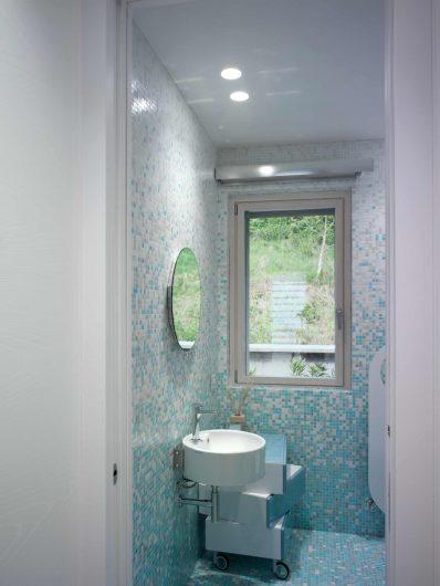Finestra laccata bianca ad anta singola del bagno