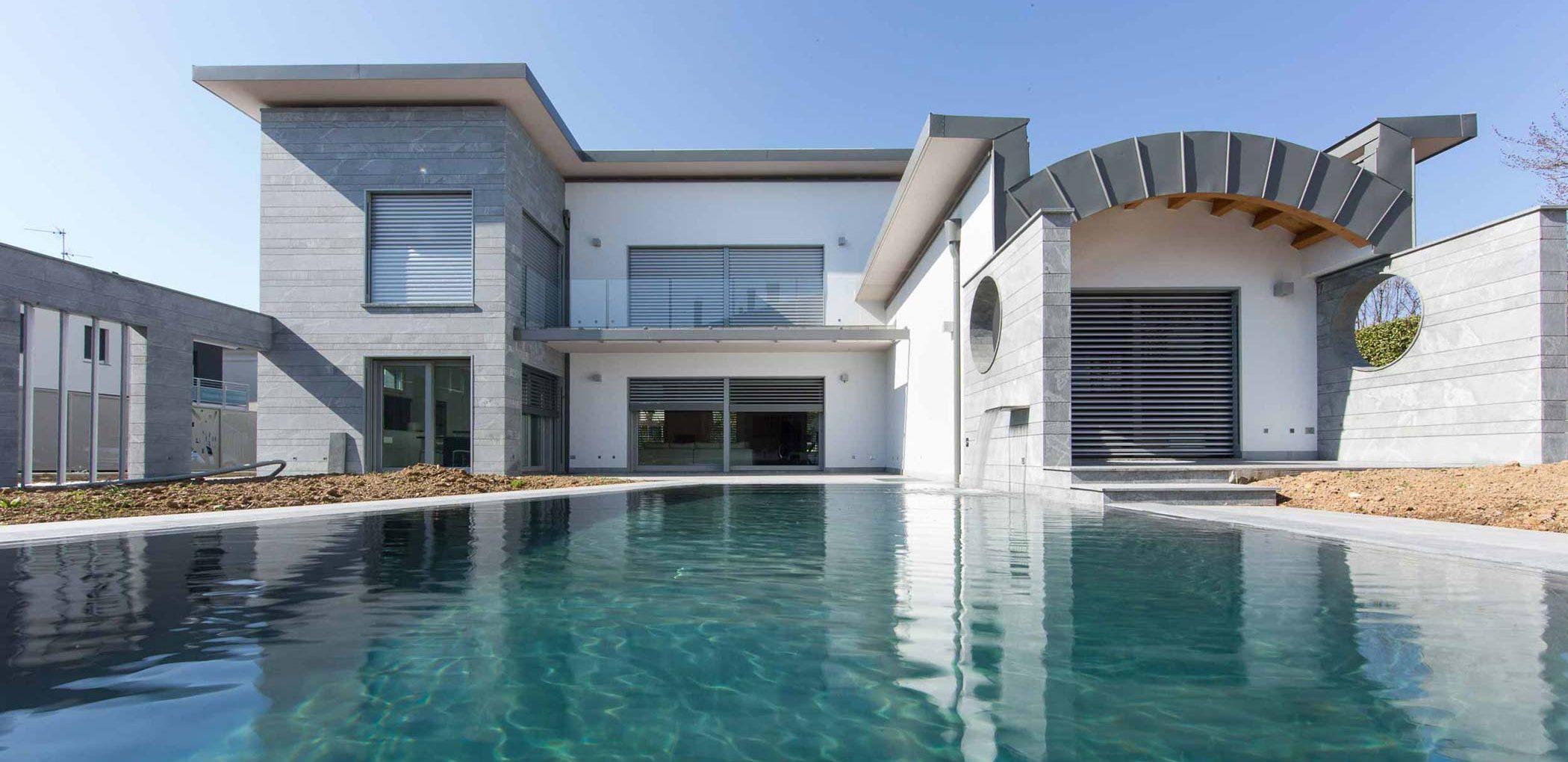 Vista del prospetto principale con piscina