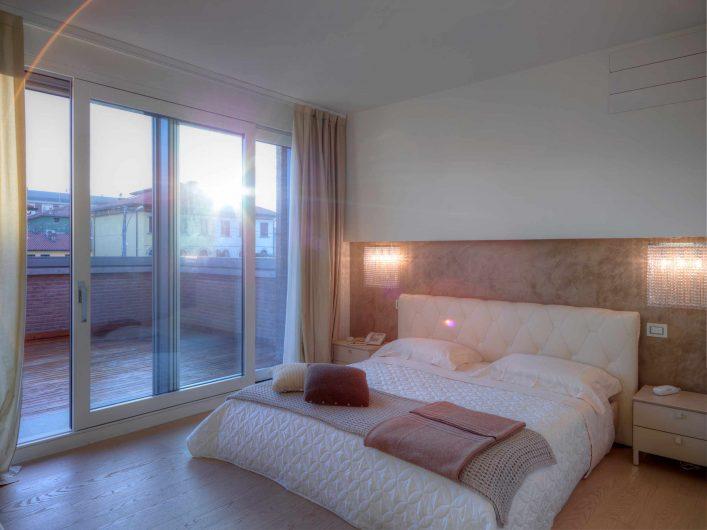 Vista dell'alzante scorrevole Alu 90 della camera da letto