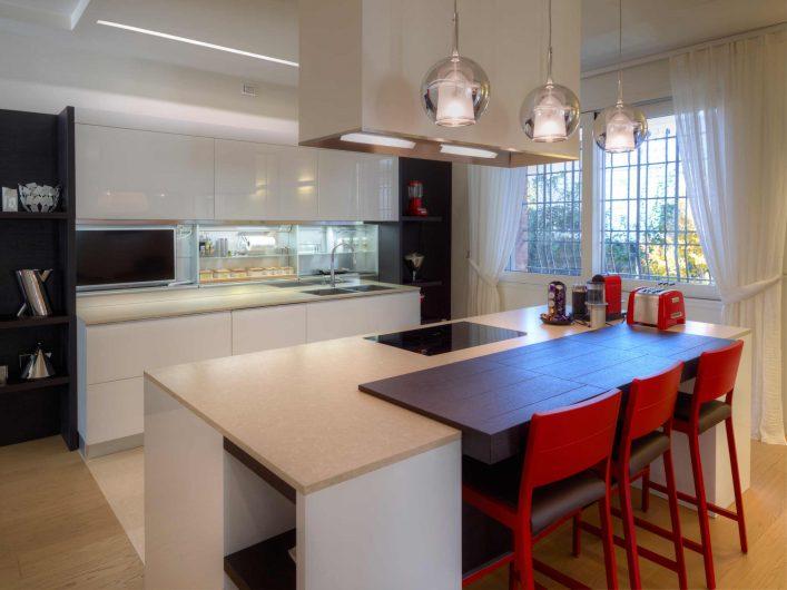 Vista dell'open space cucina con alzante scorrevole sullo sfondo