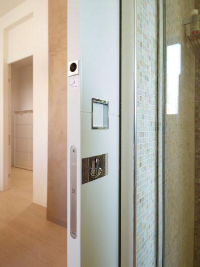Dettaglio della porta scorrevole del bagno