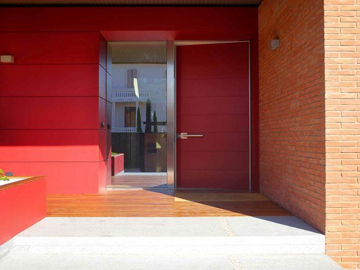 Dettaglio della porta d'ingresso con fisso laterale incassato