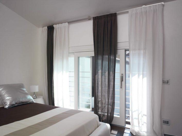 Alzante scorrevole a due ante laccato bianco della camera da letto