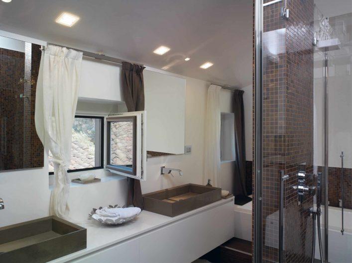 Vista del bagno con finestra aperta