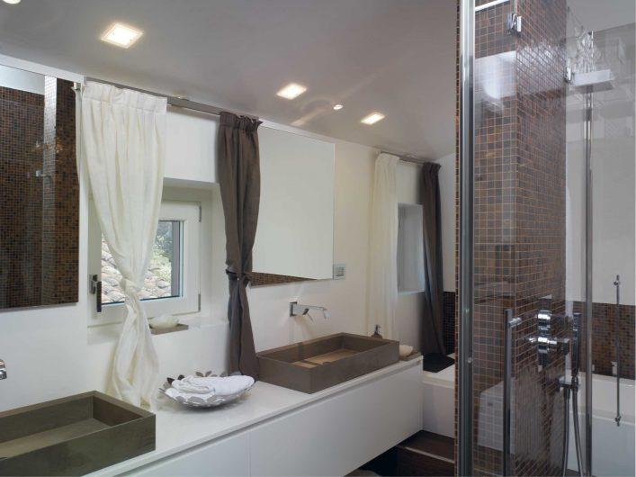 Vista del bagno con finestra chiusa