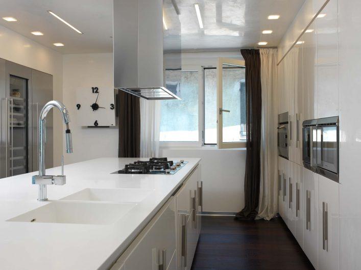Vista della cucina con finestra a due ante sullo sfondo