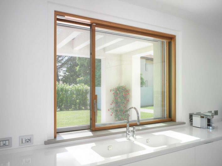 Alzante scorrevole della cucina, in legno con finitura naturale, formato finestra aperta