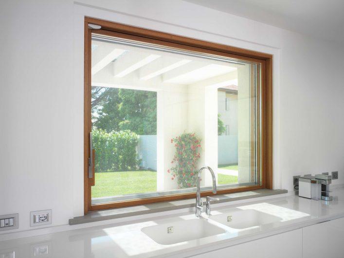 Alzante scorrevole della cucina, in legno con finitura naturale, formato finestra chiusa