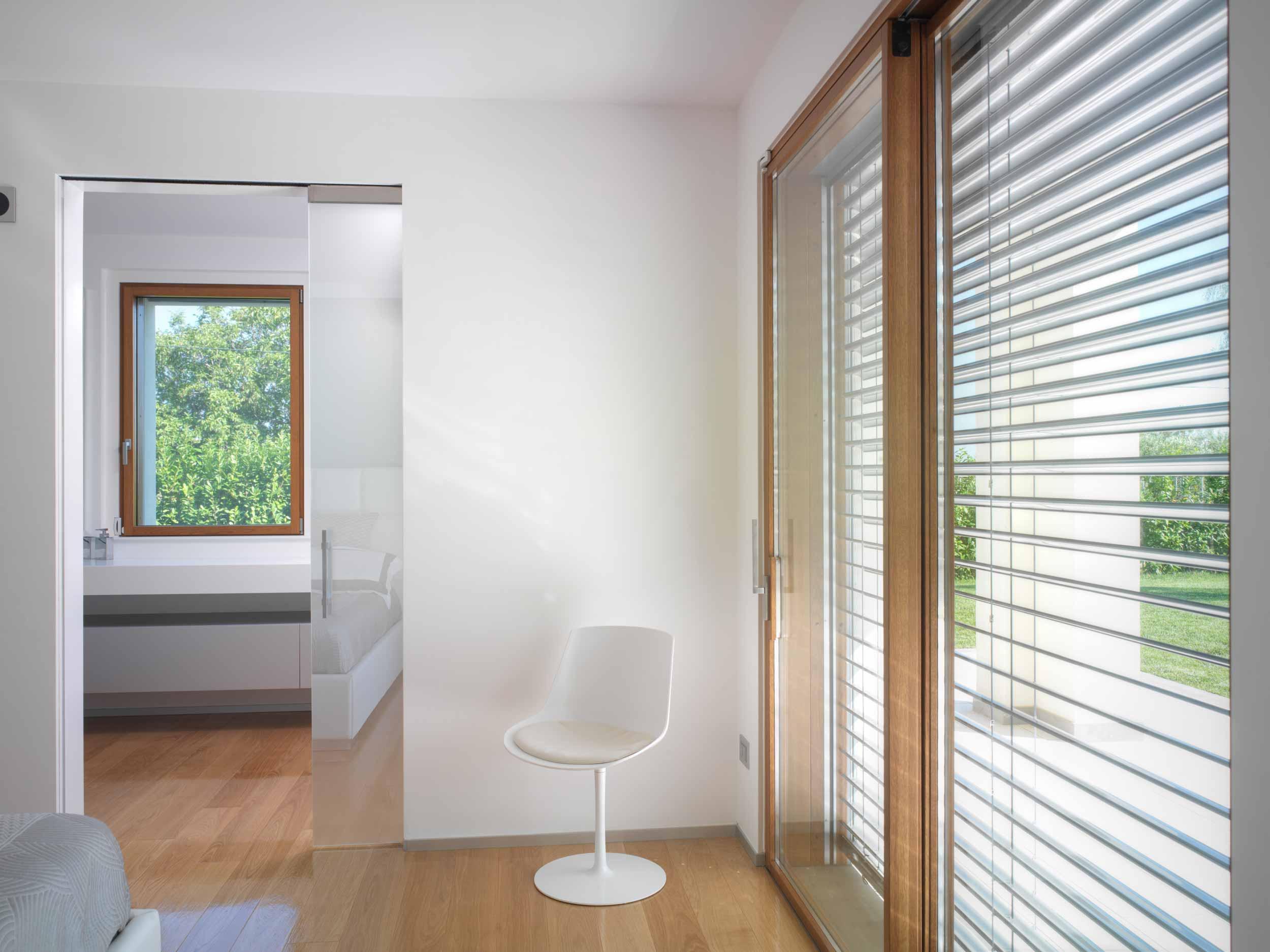 Alzante scorrevole in legno a due ante e finestra ad anta singola