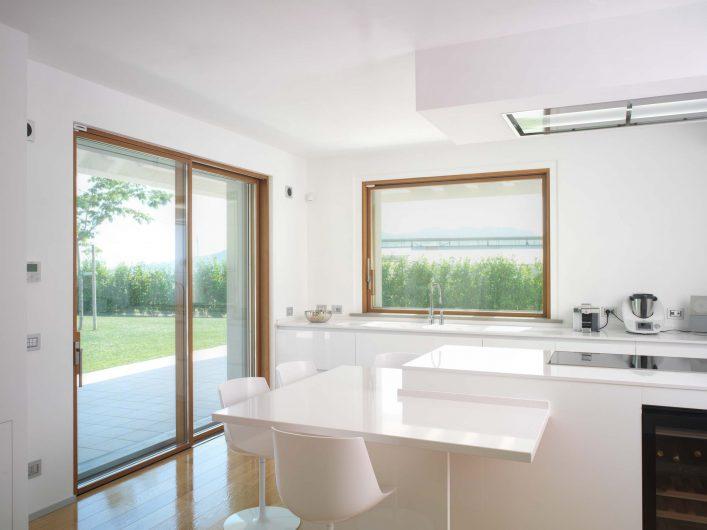Alzanti scorrevoli della cucina, in legno con finitura naturale, formato porta finestra a due ante e finestra ad anta singola