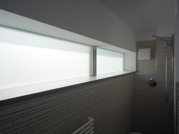 Dettaglio del serramento fisso con vetro acidato del bagno
