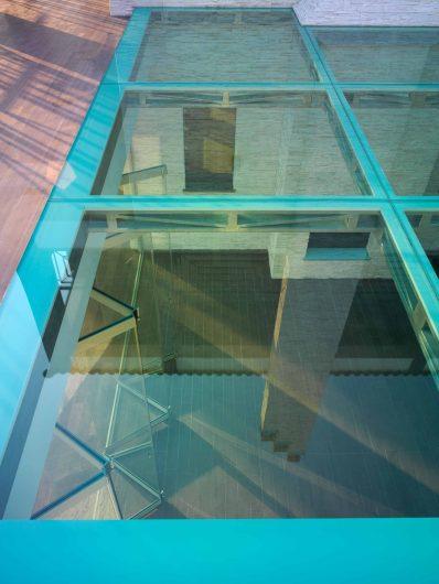 Dettaglio del pavimento vetrato sul portico esterno di Villa Taranto