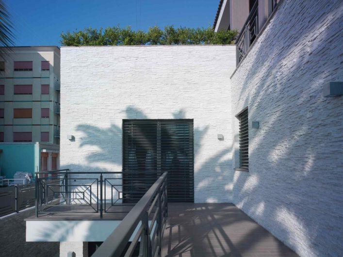 Vista dell'affaccio posteriore di Villa Taranto con frangisole in alluminio abbassati