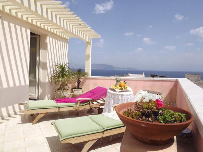 Vista della terrazza privata dell'Hotel Egadi con particolare della porta finestra a due ante aperta