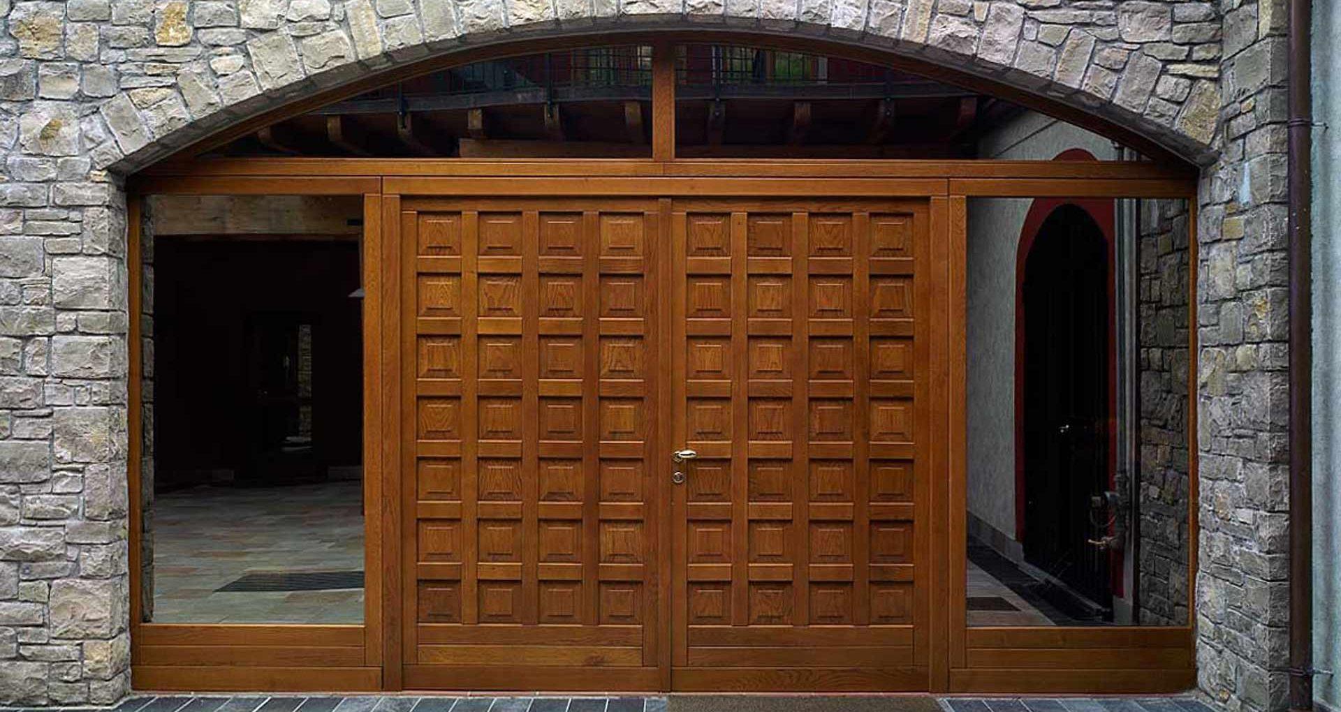 Vista esterna di un portone a due ante in legno bugnato
