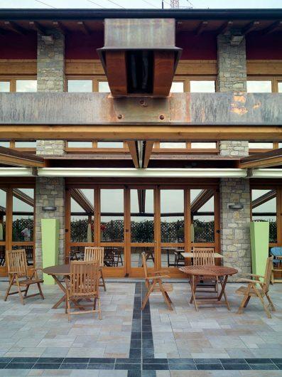 Particolare della terrazza esterna dell'Hotel Fontana Santa con sistema di serramenti in legno color noce