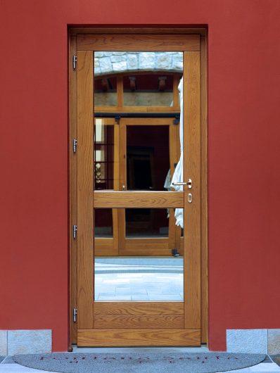 Vista di una porta legno-vetro dell'Hotel Fontana Santa