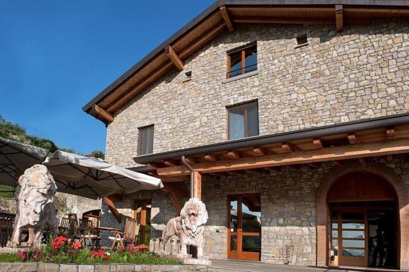 Vista del prospetto principale dell'Hotel Fontana Santa con serramenti in legno color noce