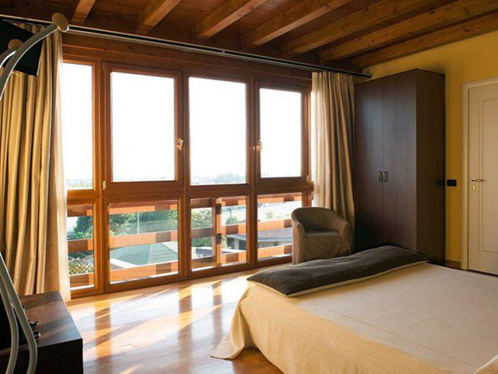 Vista del serramento a parete intera di una camera dell'Hotel Fontana Santa