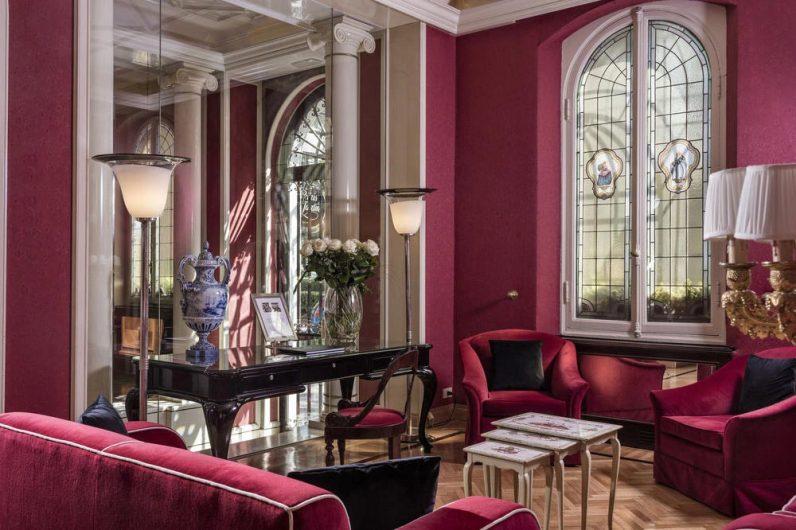Zona seduta al Regency Hotel con finestre ad arco