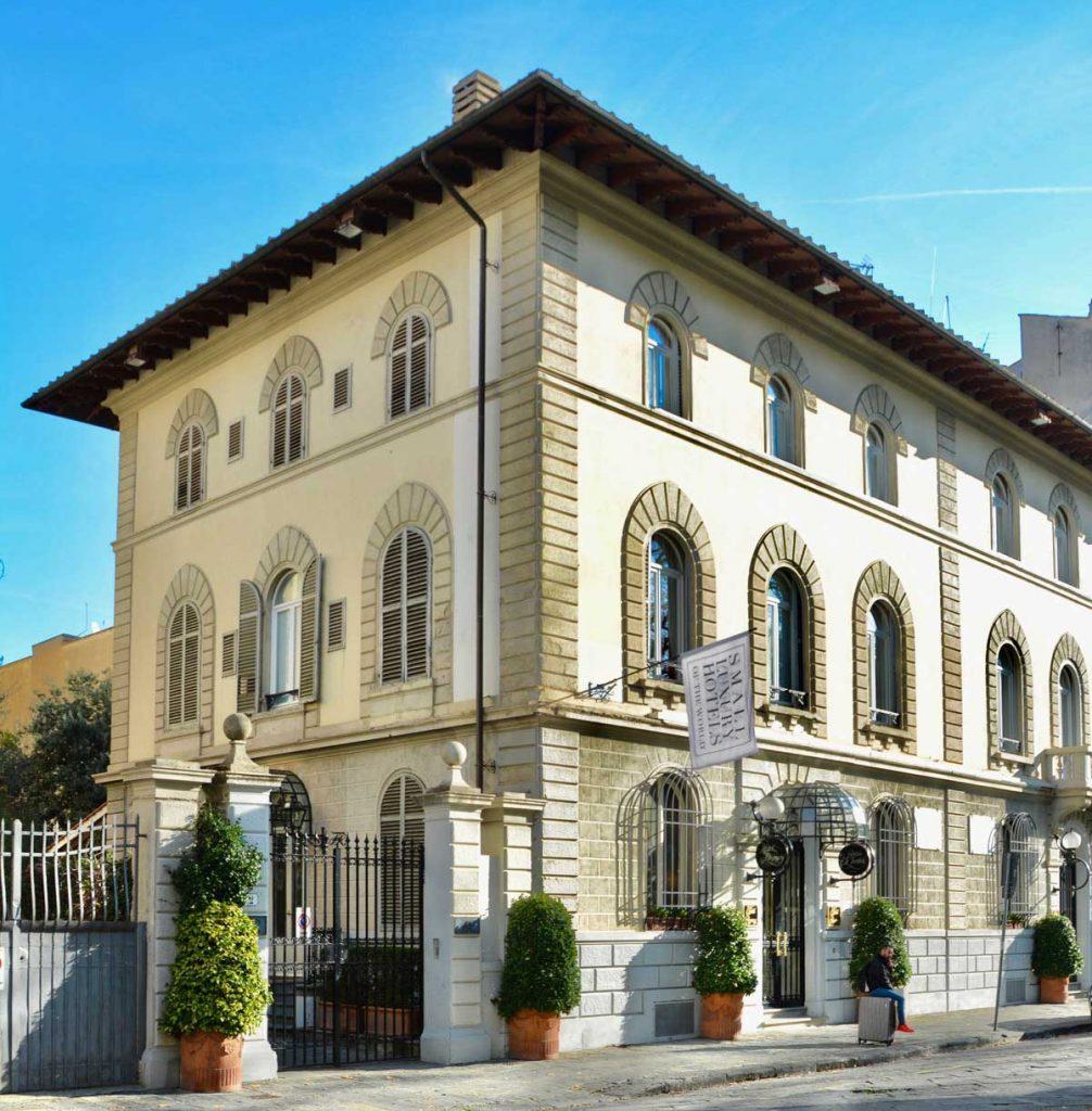 Prospetto del Regency Hotel a Firenze con finestre ad arco