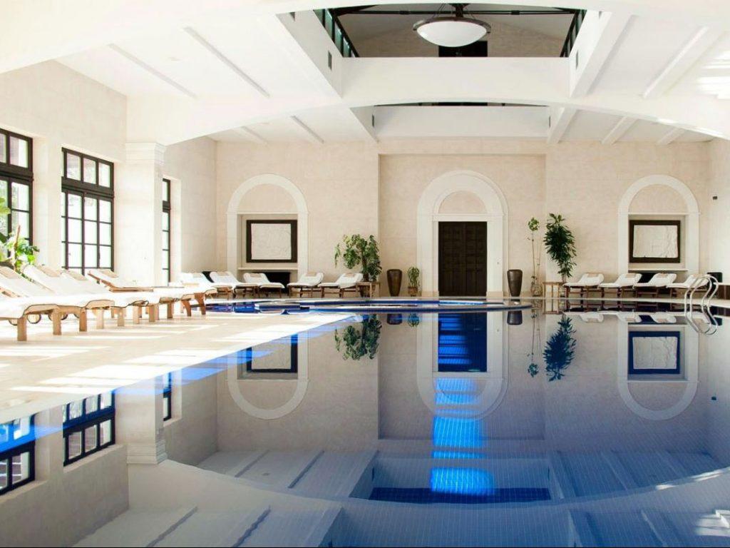 Piscina comune coperta dell'Hotel Crimea Breeze con vetrate in stile