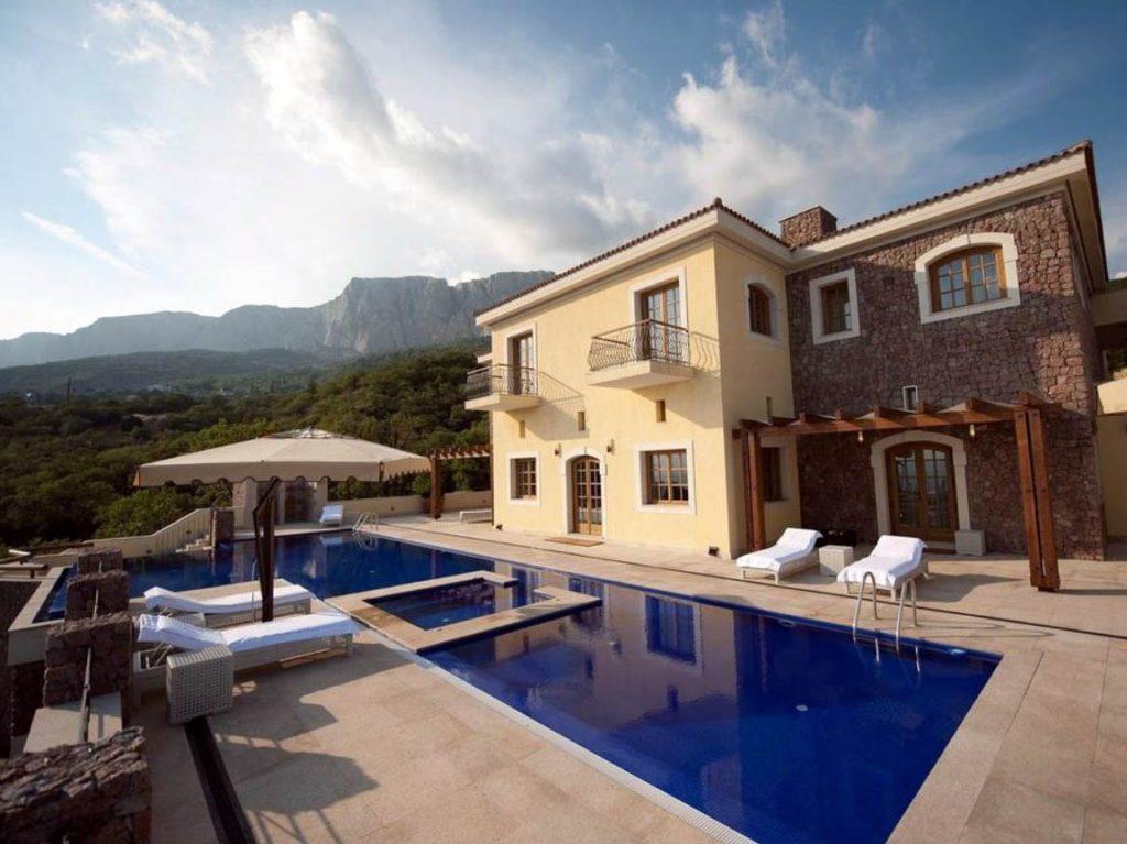 Vista dello spazio esterno con piscina di una villa del Crimea Breeze Residence