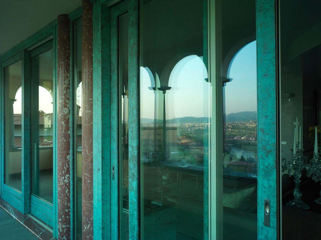 Alzante scorrevole con finitura bronzo di Villa Bergamo