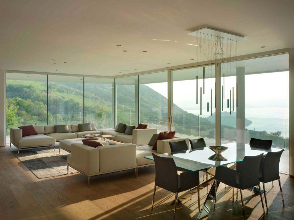 Pareti vetrate della zona living di Villa Brescia