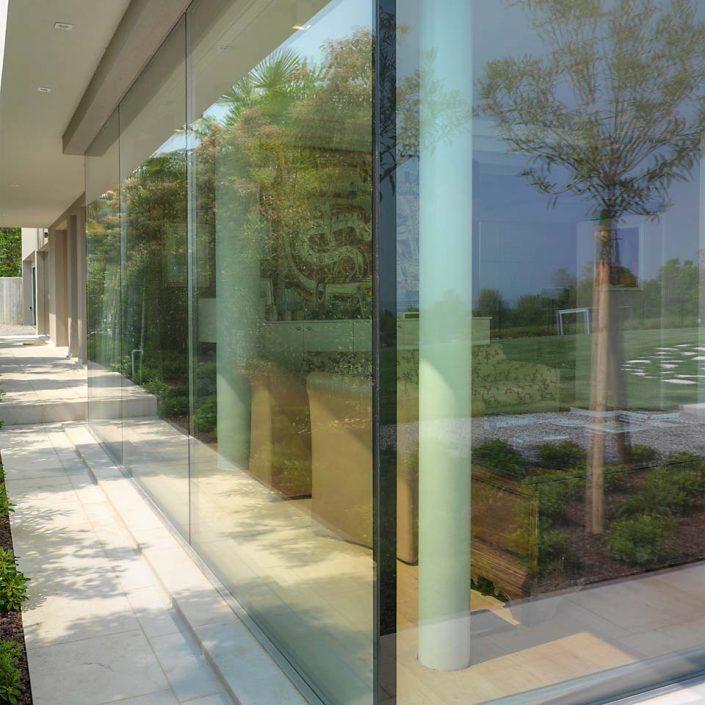 Particolare dell'angolo vetrato di Villa Desenzano ripreso dall'esterno