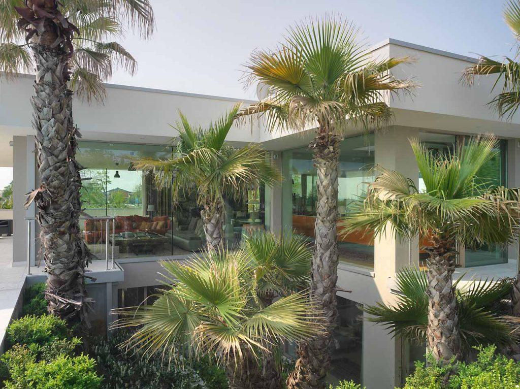 Corte verde esterna di Villa Desenzano con vetrate fisse