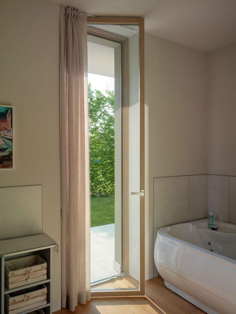 Porta finestra del bagno di Villa Desenzano