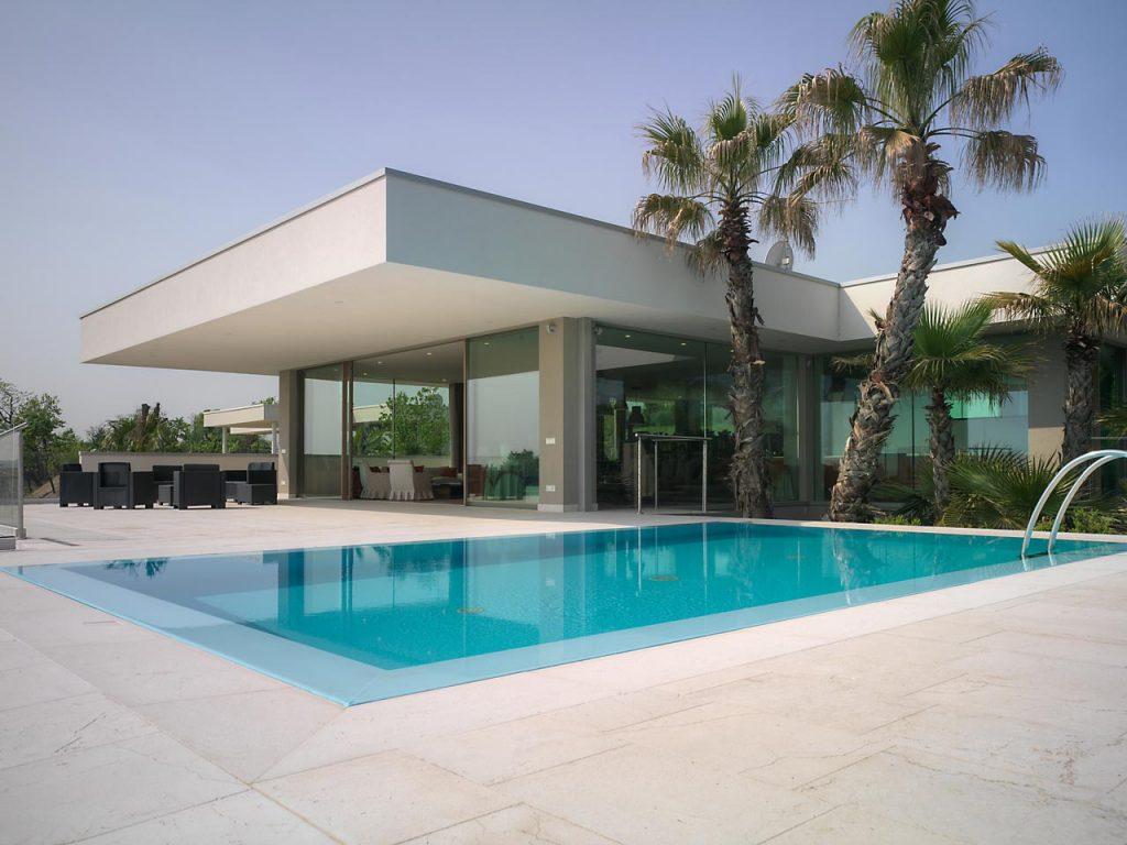 Terrazza esterna con piscina di Villa Desenzano con alzanti scorrevoli e vetrate fisse