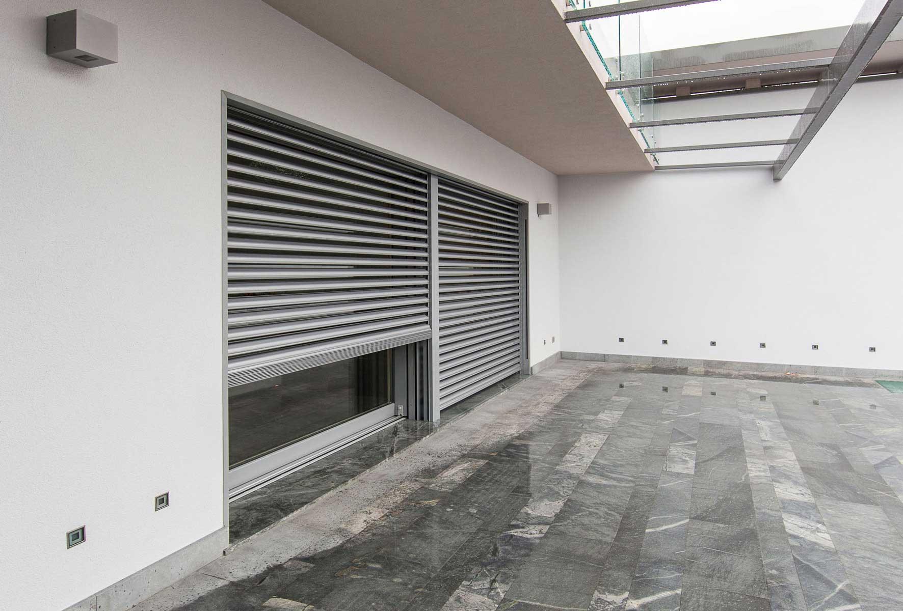 Sistema di schermatura a frangisole in alluminio di Villa Milano