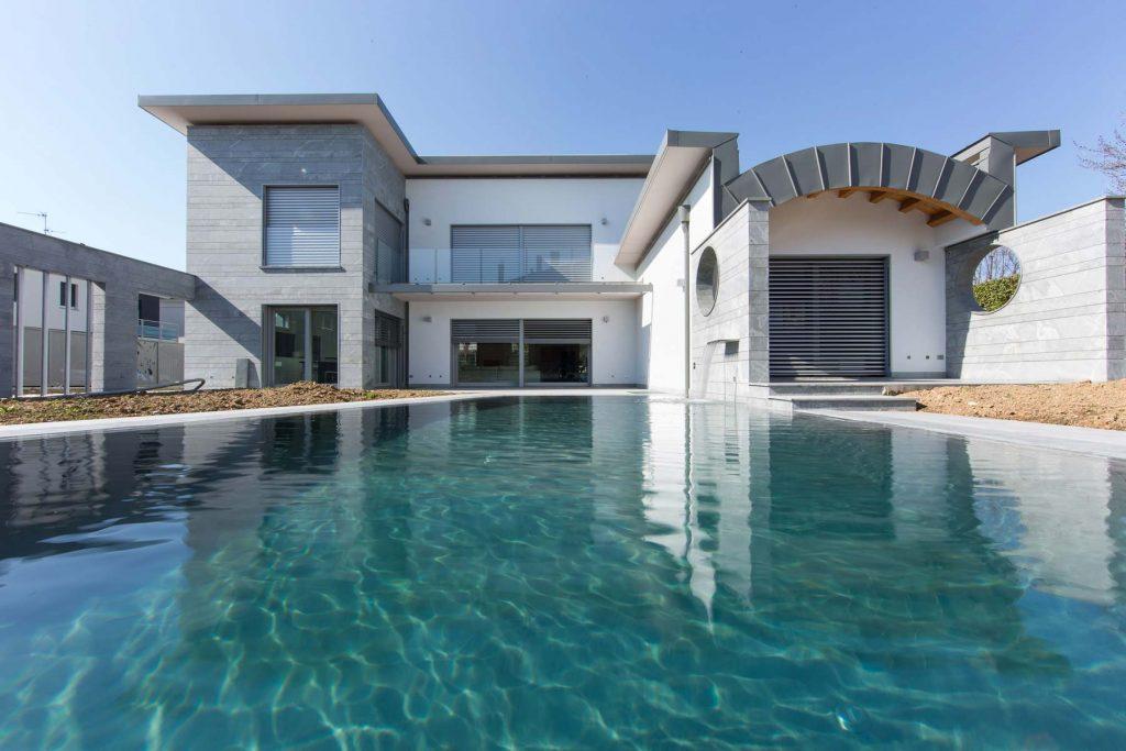 Prospetto principale con piscina di Villa Milano