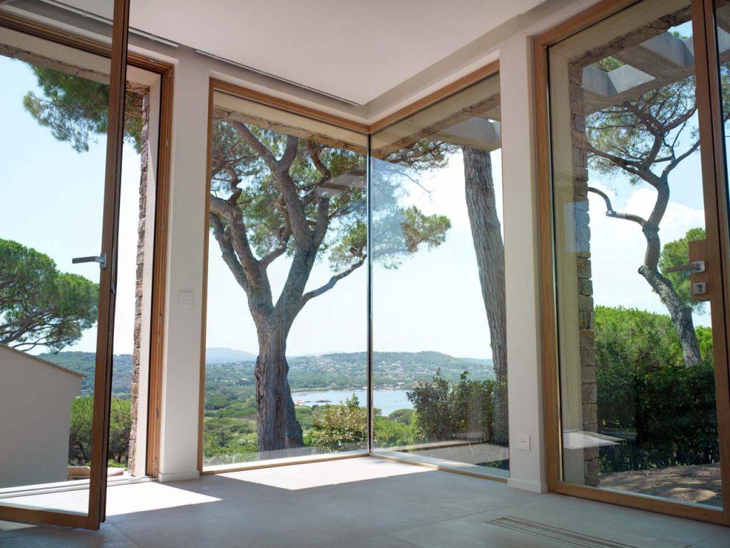 Particolare di un angolo vetrato di Villa Saint Tropez