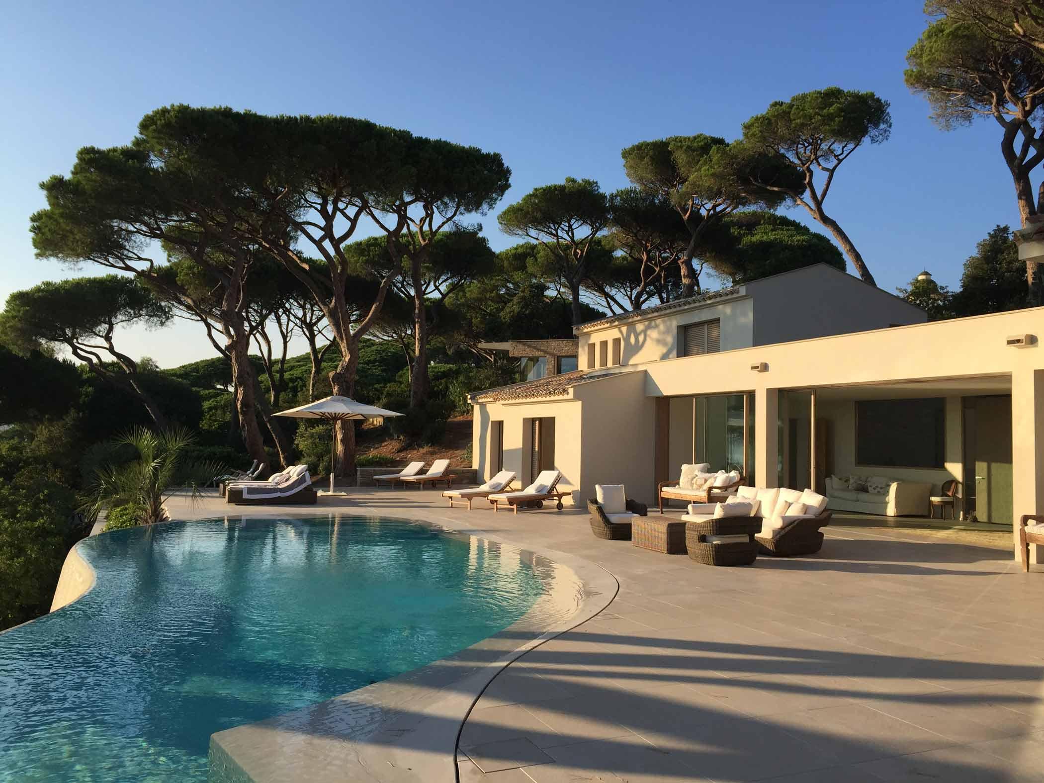 Vista di Villa Saintr Tropez con alzanti scorrevoli in legno Skyline Sliding
