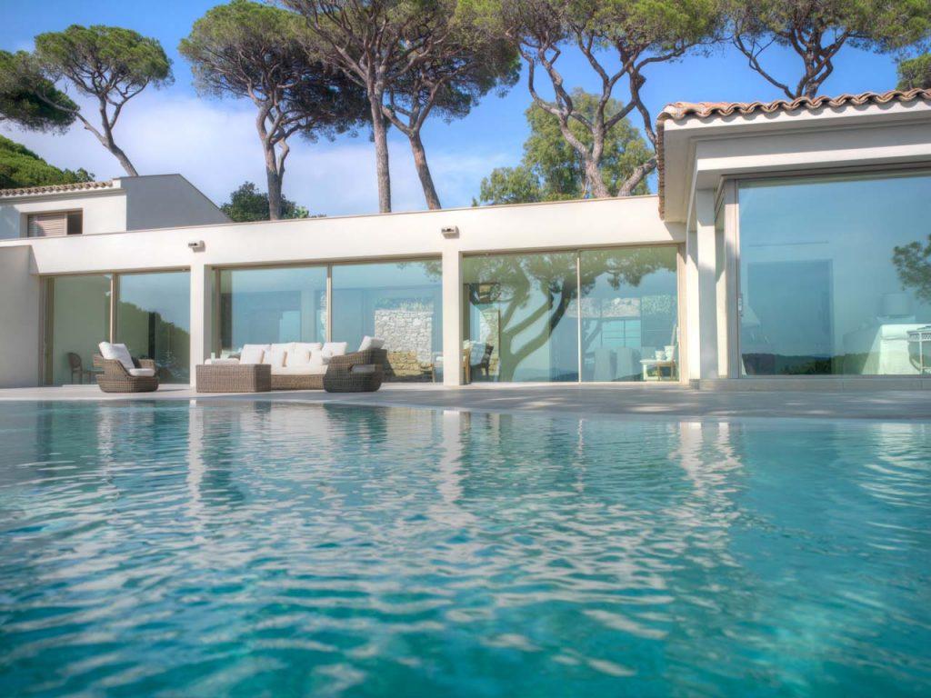 Piscina con vista sugli alzanti scorrevoli di Villa Saint Tropez