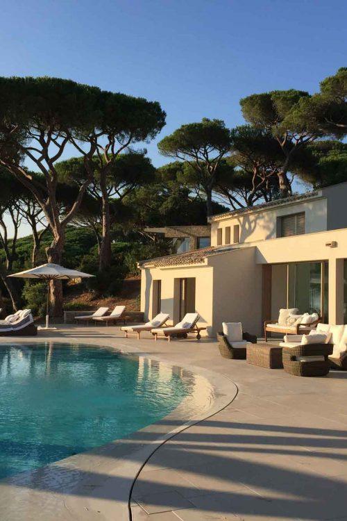 Vista degli esterni di Villa Saint Tropez con alzanti scorrevoli aperti