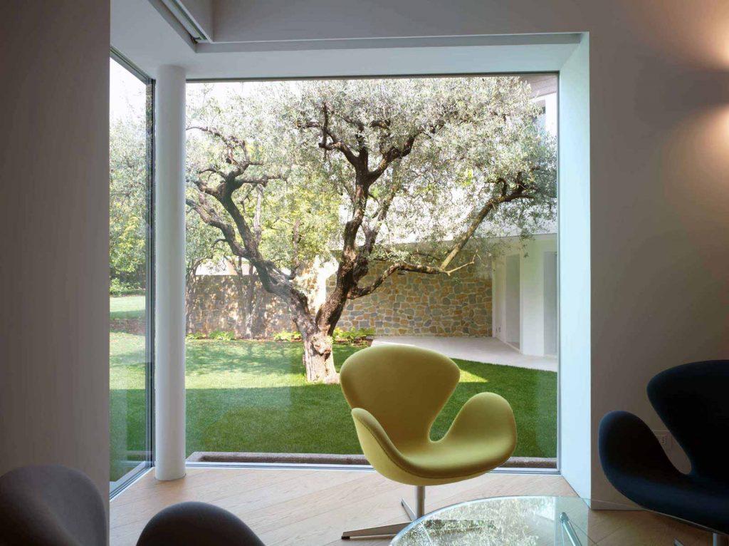 Angolo vetrato della zona soggiorno di Villa Vicenza