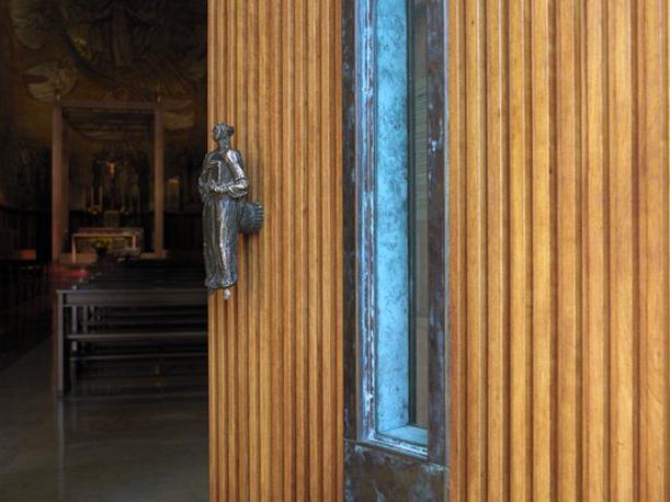 Particolare del portone d'ingresso al Tempio Votivo della Pace