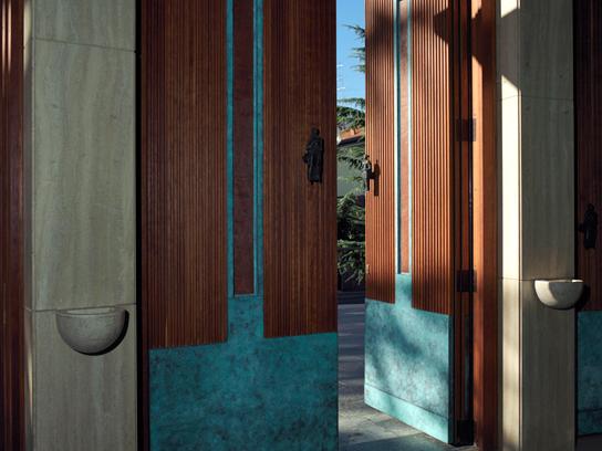 Vista del portone d'ingresso al Tempio Votivo della Pace