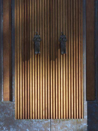 Dettaglio ligneo del portone d'ingresso al Tempio Votivo della Pace