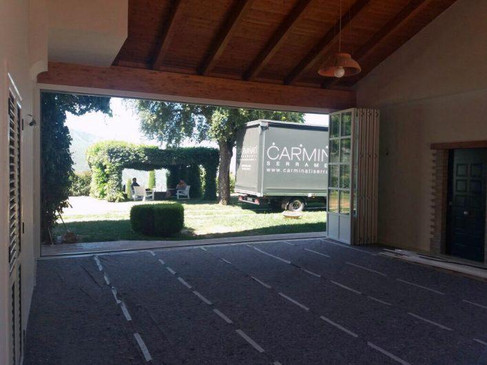 Vista del giardino dall'interno del patio coperto di Villa Salerno