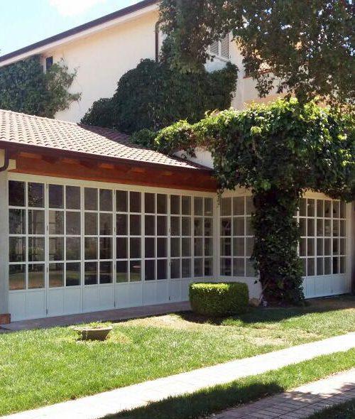 Vista della facciata principale di Villa Salerno con serramento a libro Skyline Bifold