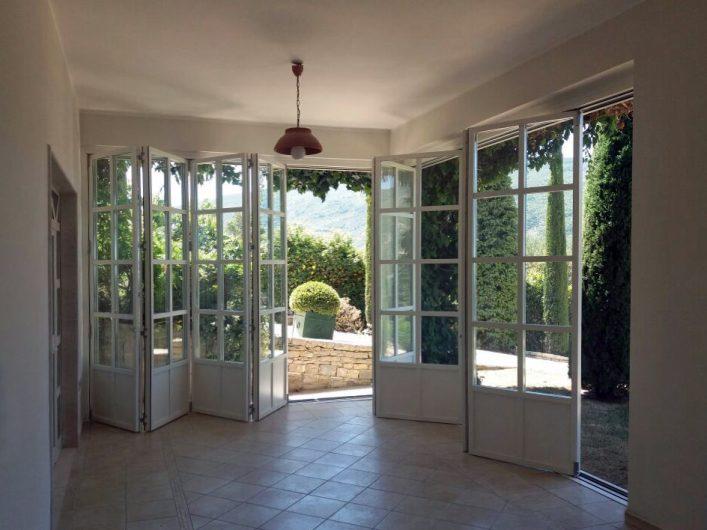 Bifold semi-aperti di Villa Salerno